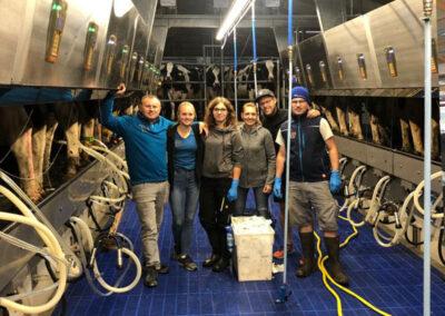Team im neuen Side-by-Side-Melkstand Möck Milch, Milchviehbetrieb