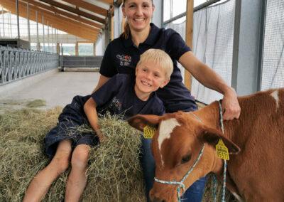 Kalb mit Familienanschluss bei Möck Milch, Milchviehbetrieb